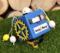 Бізікубік стандарт синього кольору 8х8 см з жовтими деталями для хлопчика